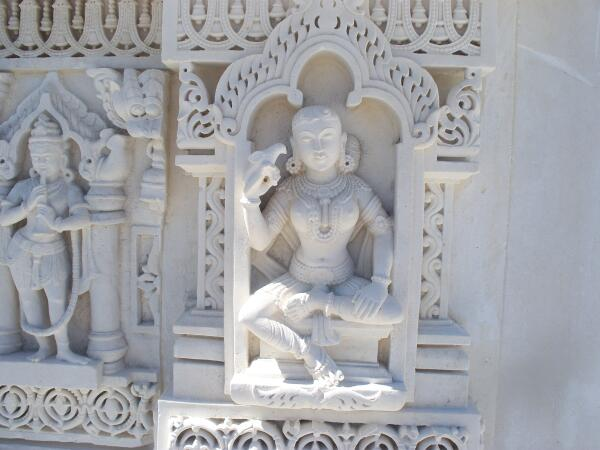 Резные божества на стенах храма