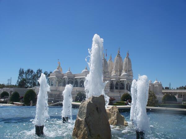 Пруд с фонтанами