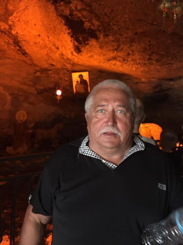 Внутри пещеры со Святым источником.
