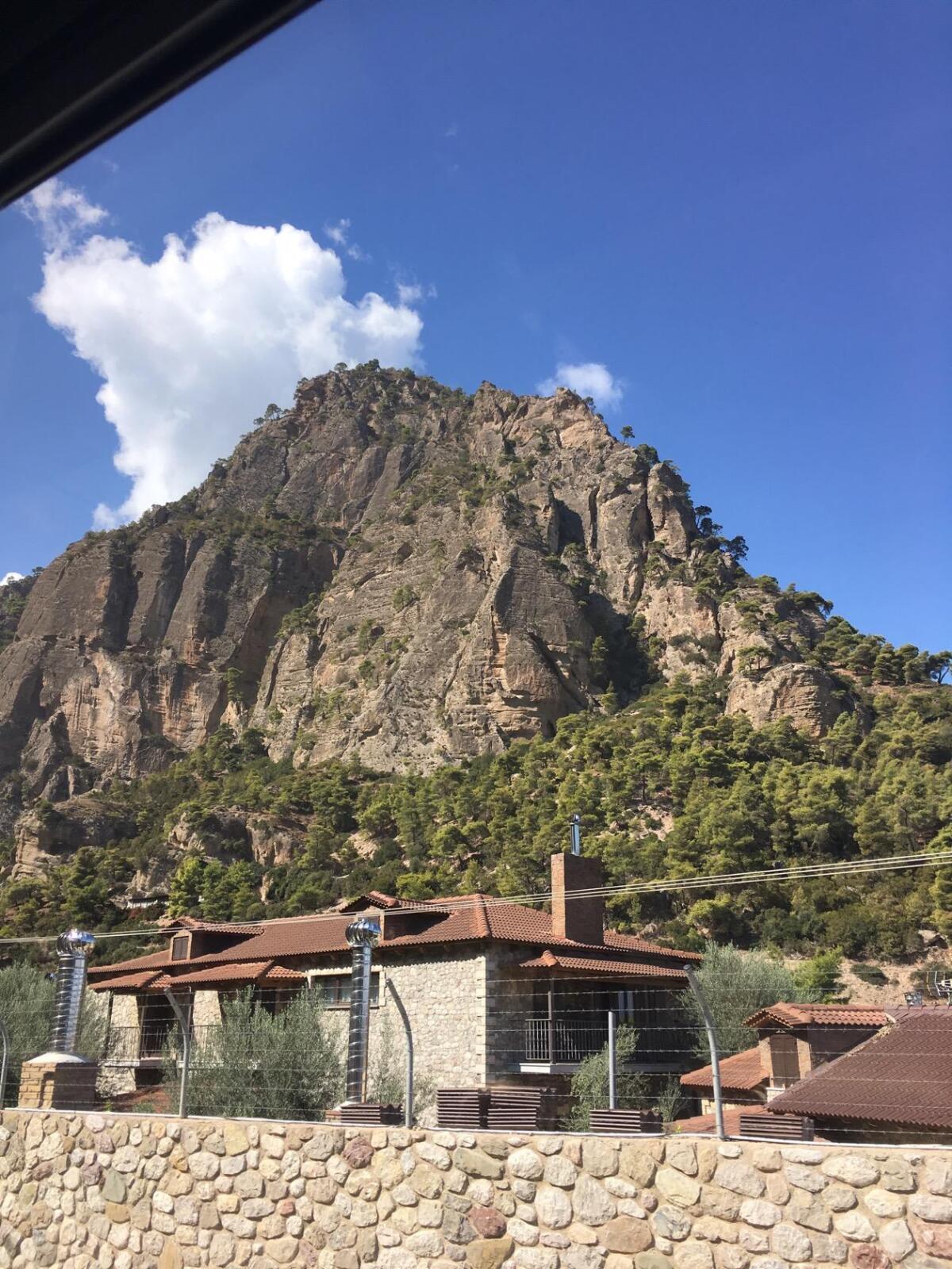 Горы на подступах к Мега Спилеон