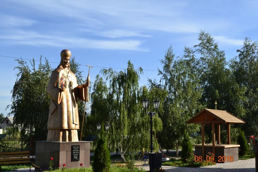 Памятник святителю Иоасафу, нашедшему икону Песчанской Божией Матери