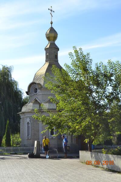 Кириченкова криница и Часовня-купальня. Фотографировала рано утром, поэтому и народа мало