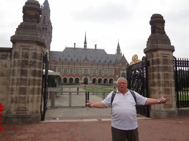Вот он и Международный суд, если кто и стремится сюда, так только посмотреть архитектуру. Заходи, не стесняйся!