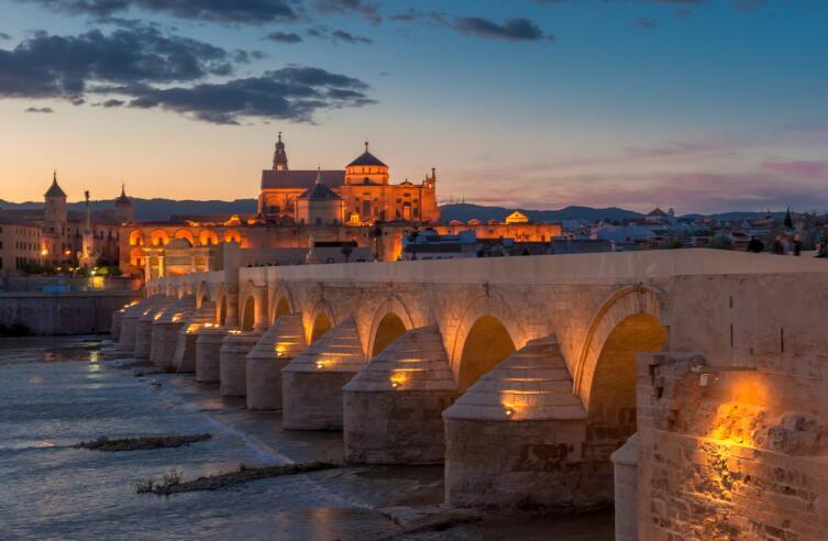 Собора Мескита и Римский мост, Кордова, Испания