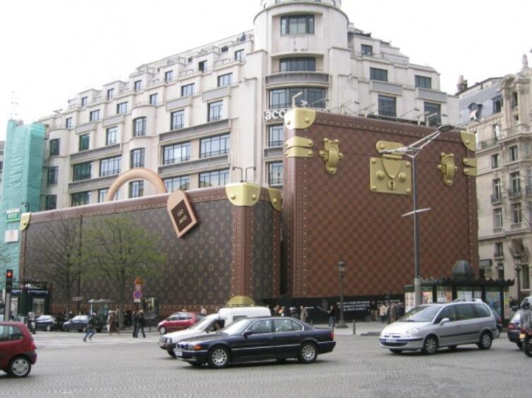 Здание фирмы Louis Vuitton, декорированное в честь 150-летия компании