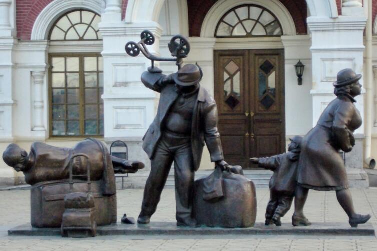 И просто памятник пассажирам железной дороги у вокзала в Екатеринбурге