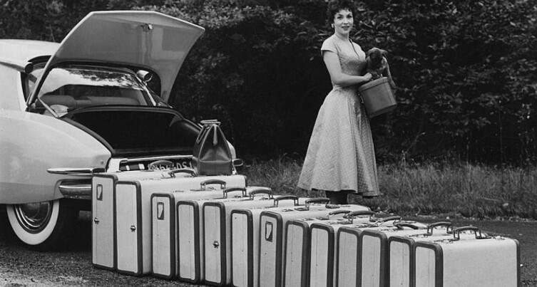 Джина Лоллобриджида, ее чемоданы и маленькая собачонка