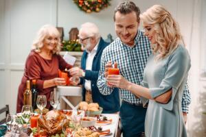 Осталось только расставить блюда и напитки, включить ёлочную гирлянду, впустить в дом праздничную музыку и ждать гостей!