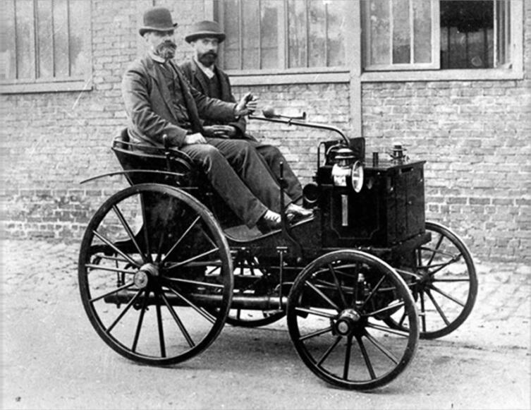 Эмиль Левассор за рулём своего автомобиля