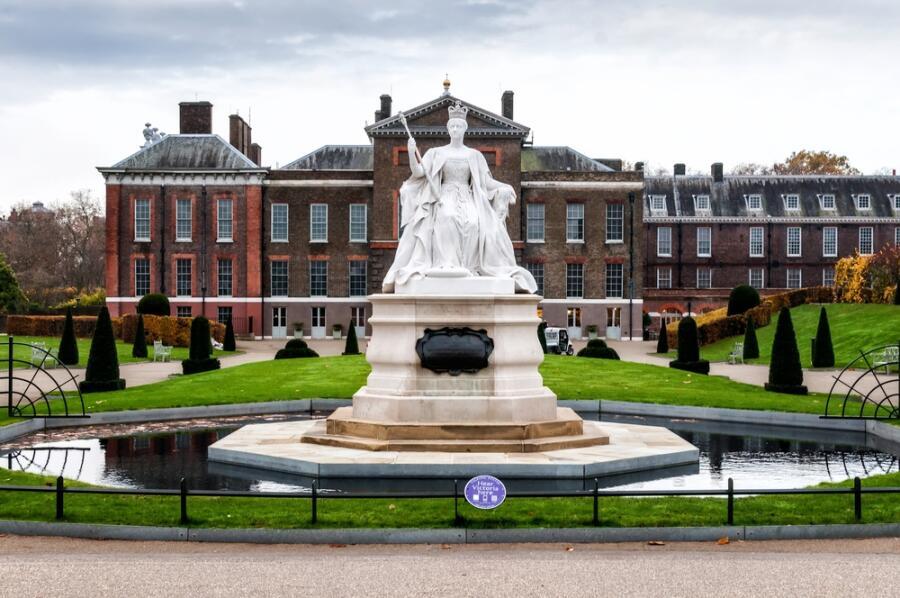 Статуя королевы Виктории и Кенсингтонский дворец в Лондоне