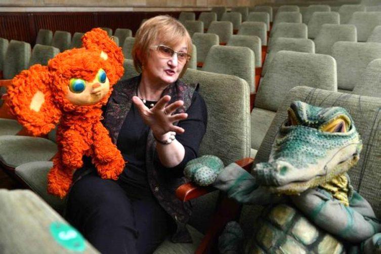 Фаина Костина— исполнительница роли Чебурашки в театре кукол со своим героем
