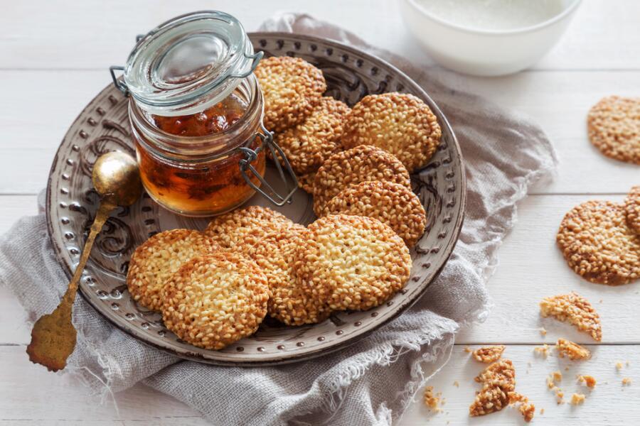 Как приготовить песочное печенье с кунжутом?