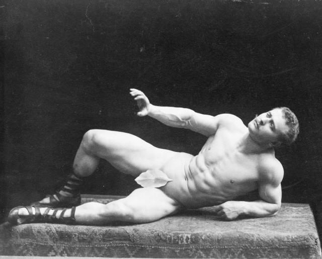 Сандов изображает скульптуру «Умирающий галл», символизируя греческий идеал красоты,  1894 г.