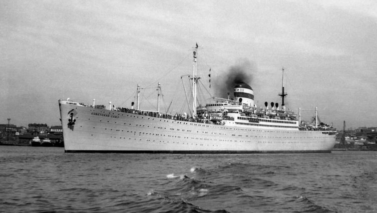 Пассажирский лайнер «Советский Союз» в бухте Золотой Рог, Владивосток, 1957 г.