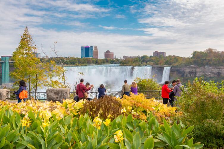 Вид на Ниагарский водопад из ботанического сада