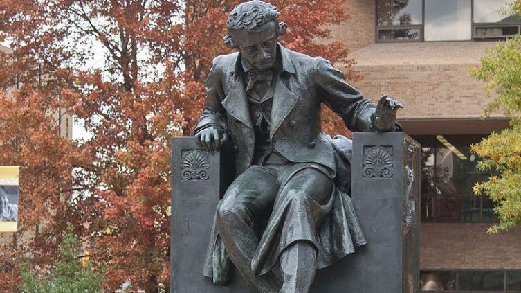 Памятник Эдгару По перед Балтиморским Университетом