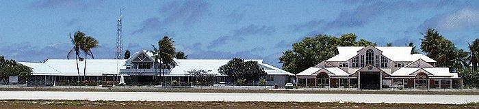 Здание правительства (слева) и парламента Науру (справа)