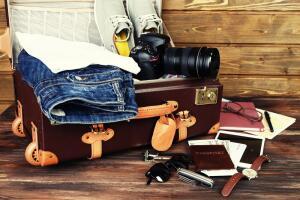 Вам нужен лёгкий чемодан. Упрямый чемодан, тот, что никак не закрывается, пусть остаётся дома...