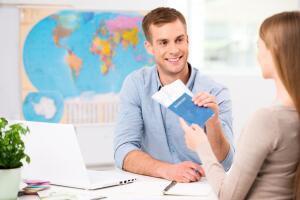 Если остановили свой выбор на турфирме, отправляйтесь в её офис, но не спешите оформлять документы.