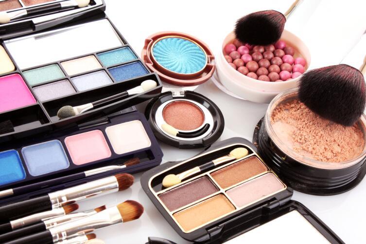 Как верно хранить косметику и ухаживать за инструментами для макияжа?