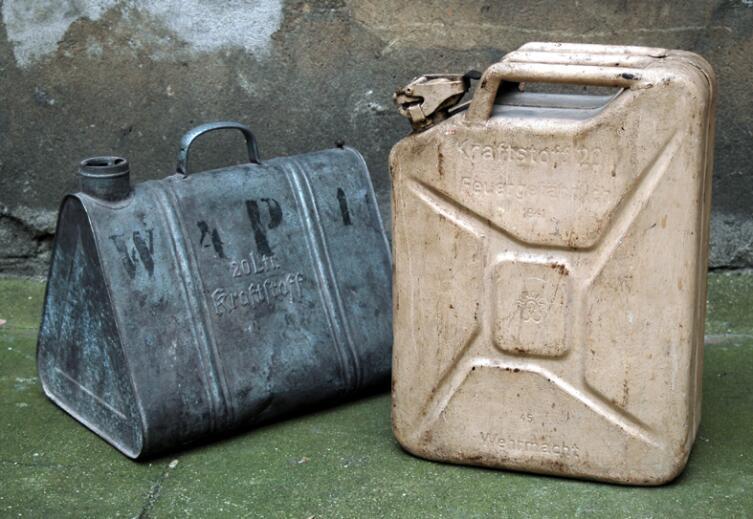 Немецкие канистры для 20 литров топлива. Слева канистра старого образца, справа — образца 1941 года. Производитель: Nirona