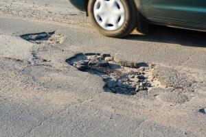 Ямы на дороге. Как получить компенсацию за поврежденный автомобиль?