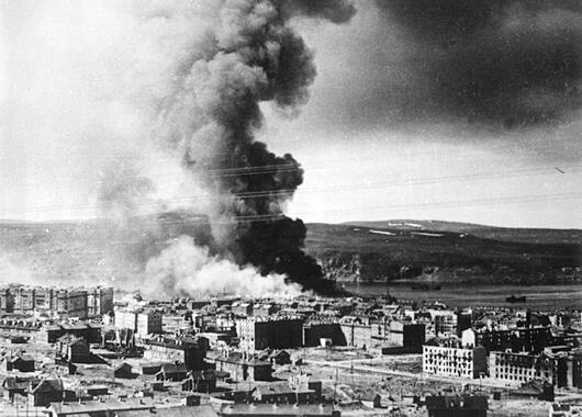 Пожар после налета, Мурманск, 1942 г.