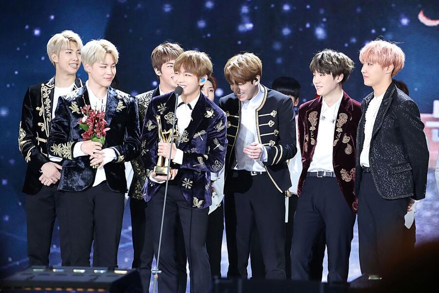 Группа BTS на церемонии вручения награды Golden Disk Awards в Сеуле, 14 января 2017 года