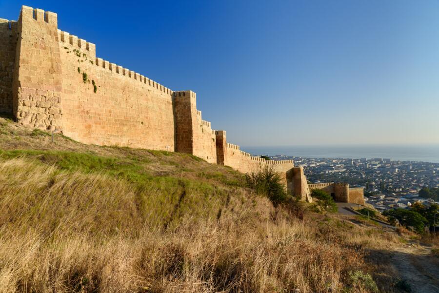 Стена крепости Нарын-Кала и вид города Дербента, Дагестан
