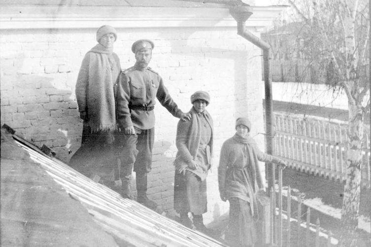 Николай Романов с дочерьми Ольгой, Анастасией и Татьяной в Тобольске зимой 1917 года