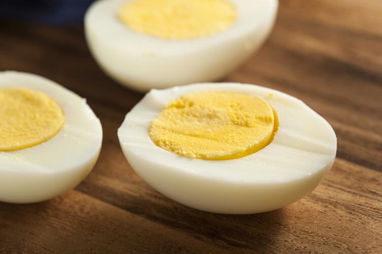 Половинки яиц оставьте для украшения