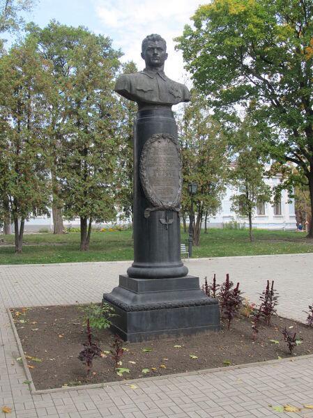 Бронзовый бюст в городе Сумы, Украина