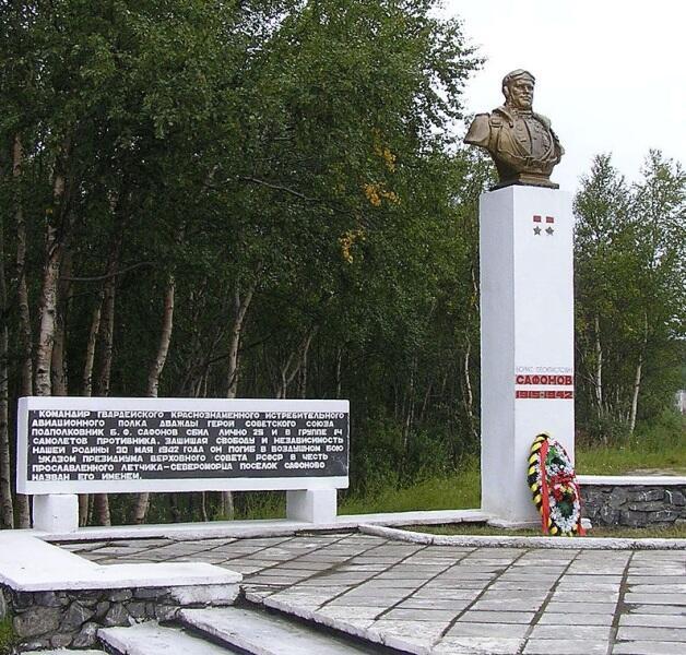 Бюст у въезда в посёлок Сафоново Мурманской области, Россия
