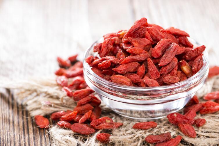 Сушеные ягоды годжи в миске
