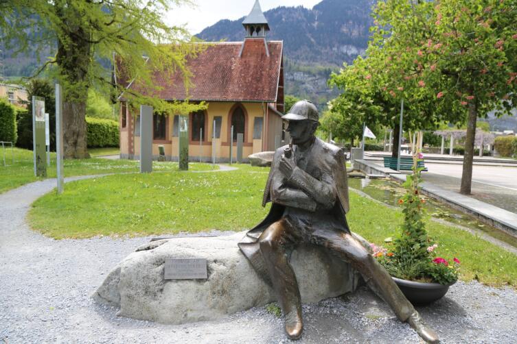 Статуя Шерлока Холмса перед Музеем Шерлока Холмса в Мейрингене, Швейцария