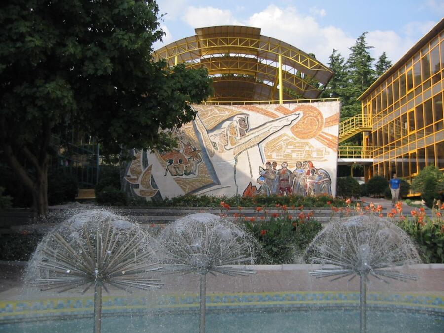 Мозаичное панно «Интернациональная дружба детей» на площади Дружбы в Артеке, художники Р. Мерперт, Я. Скрипков