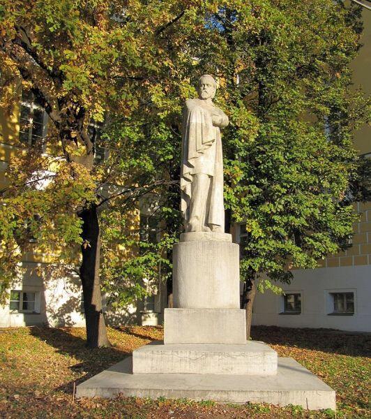 Памятник Герцену во дворе МГУ