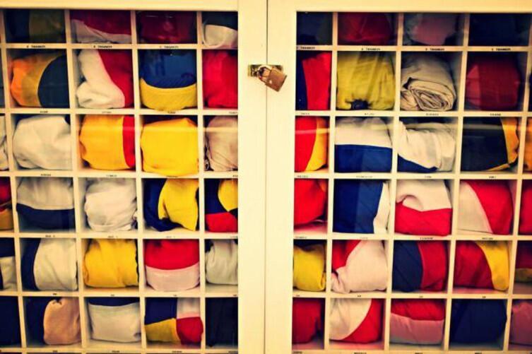 Сигнальные цветные флаги хранятся в специальном шкафу на корабле