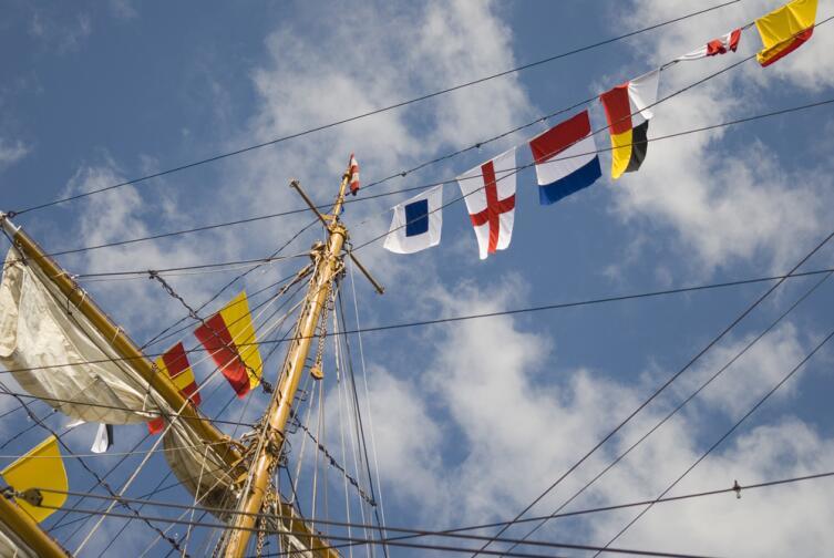 Для чего нужны на кораблях цветные флаги?