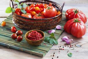 Какие салаты можно приготовить из томатов?