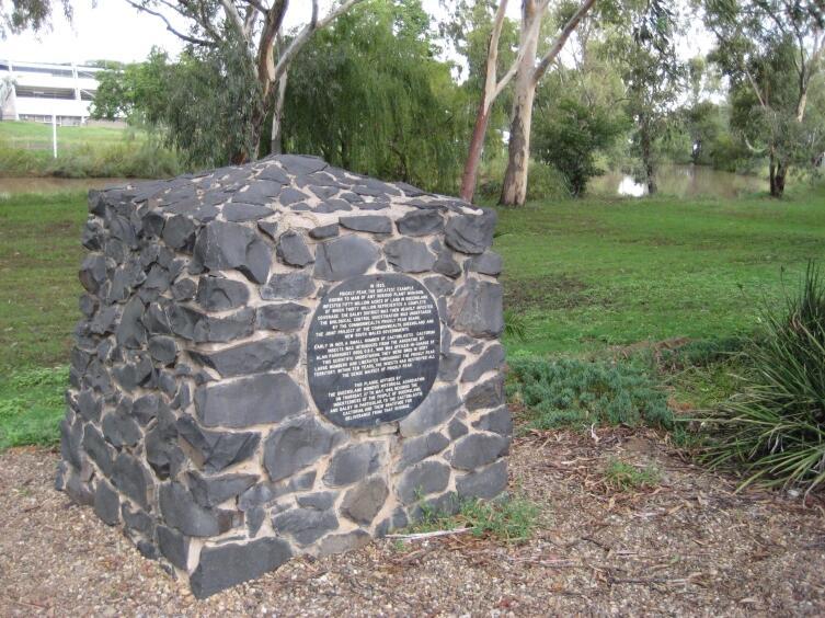 Памятник гусеницам кактусовой огнёвки в штате Квинсленд, Австралия