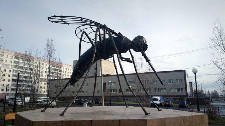 Скульптура комара — достопримечательность Усинска
