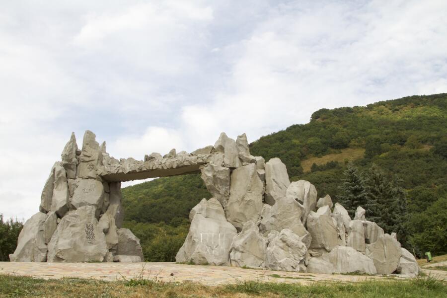 Ворота любви у подножия горы Машук