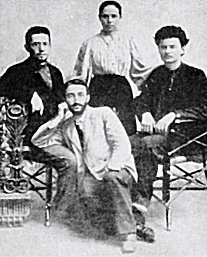 Л. Бронштейн (Троцкий; справа) и А. Соколовская в 1897 году