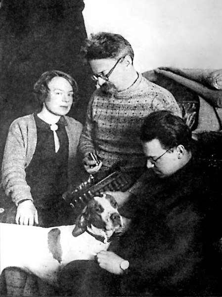 Л. Д. Троцкий с женой, сыном и собакой
