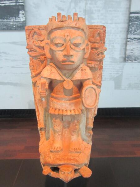 Майанская скульптура бог Солнца Кинич-Ахау верхом на черепахе