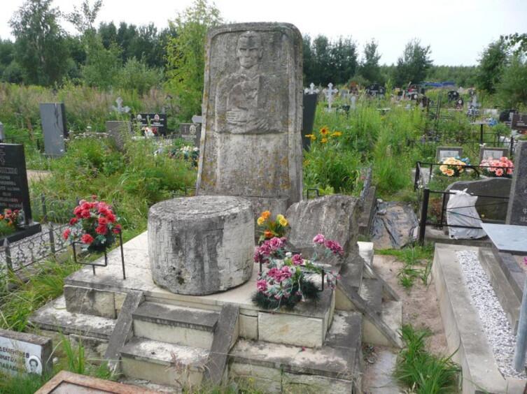 Могила Кнорозова на Ковалевском кладбище в Санкт-Петербурге