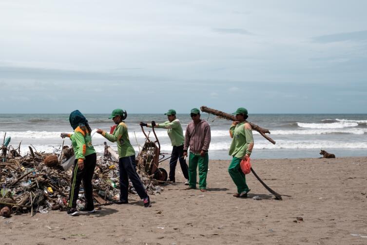 Сбор мусора на пляже, 27 января 2018 года, Кута, Бали, Индонезия