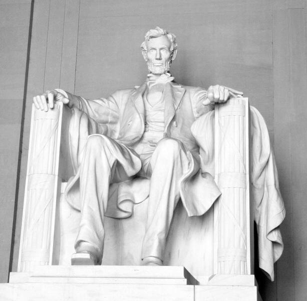 Статуя Линкольна внутри мемориала