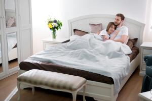 Как обустроить спальню, чтобы она стала самой уютной комнатой в квартире? Несколько простых и стильных решений